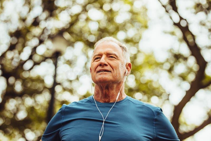 Retrato de un hombre mayor en desgaste de la aptitud fotos de archivo