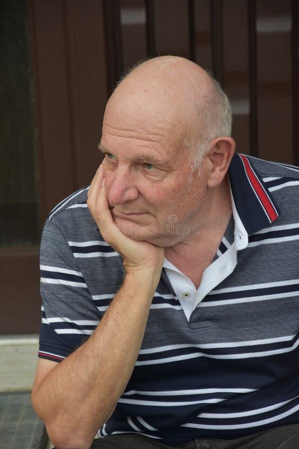 Retrato de un hombre mayor pensativo imagen de archivo