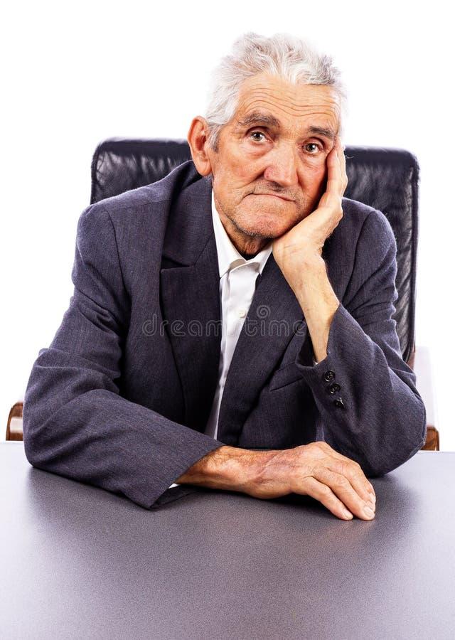 Retrato de un hombre mayor serio que mira la cámara fotografía de archivo libre de regalías