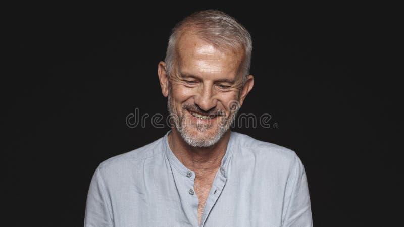 Retrato de un hombre mayor sonriente imágenes de archivo libres de regalías