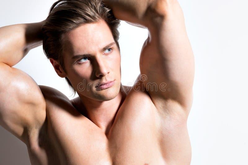 Retrato de un hombre muscular atractivo hermoso imagenes de archivo
