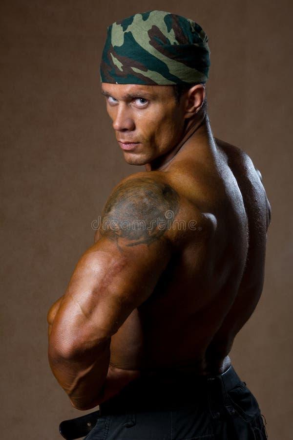 Retrato de un hombre muscular con un torso desnudo foto de archivo