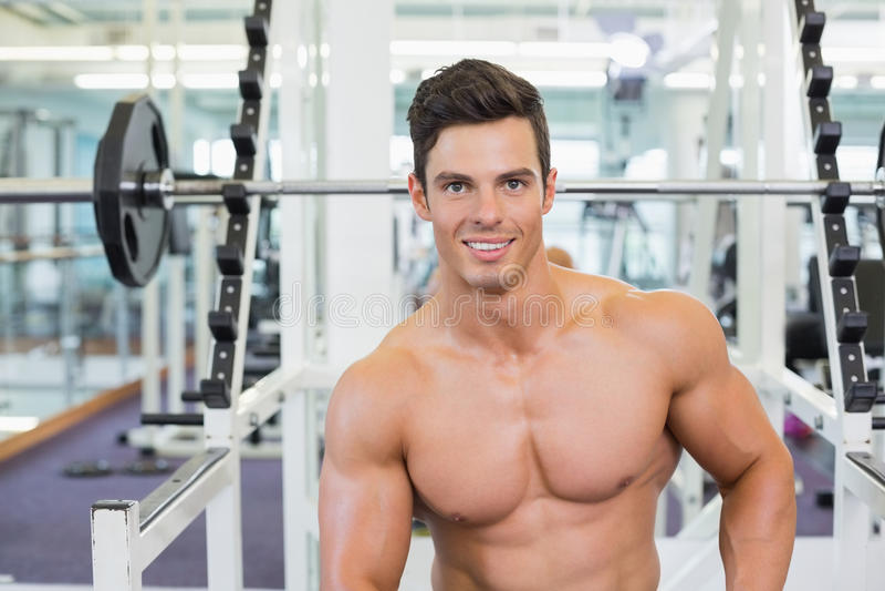 Retrato de un hombre muscular en gimnasio imagen de archivo