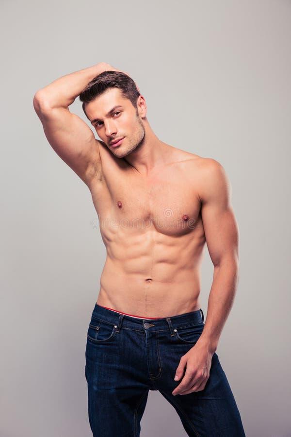 Retrato de un hombre muscular joven imagen de archivo libre de regalías