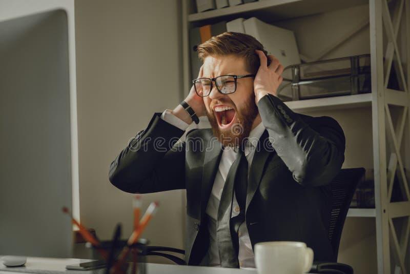 Retrato de un hombre de negocios barbudo frustrado en lentes que grita imagen de archivo libre de regalías