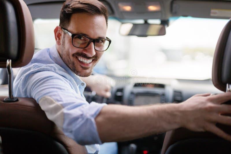 Retrato de un hombre de negocios hermoso que conduce el coche imagen de archivo libre de regalías