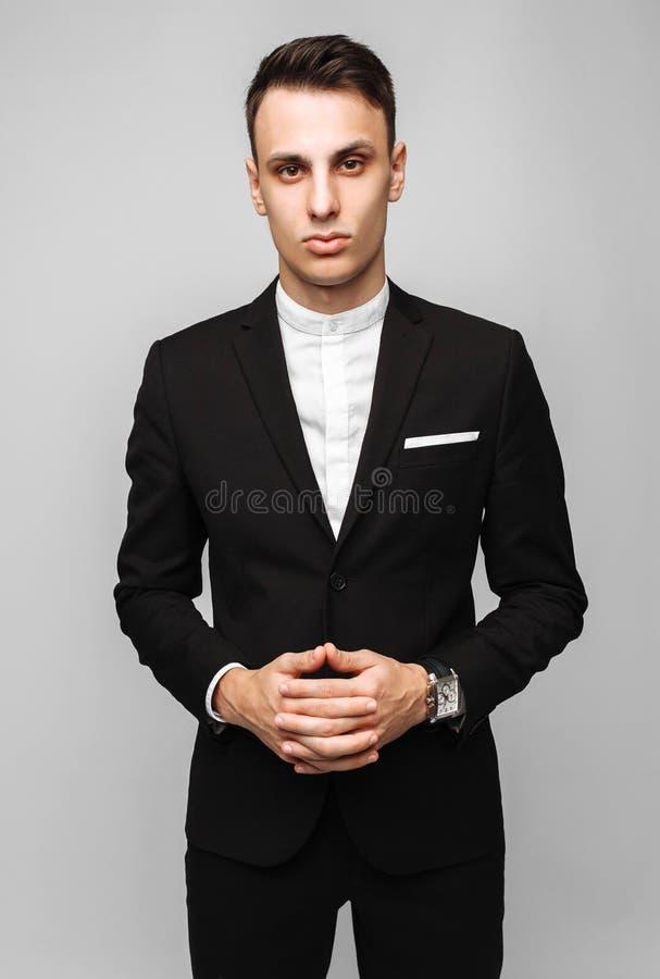 Retrato de un hombre de negocios joven hermoso, varón, en un bl clásico foto de archivo
