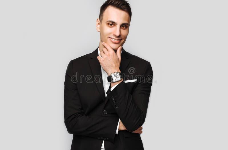 Retrato de un hombre de negocios joven hermoso, varón, en un bl clásico imagen de archivo libre de regalías