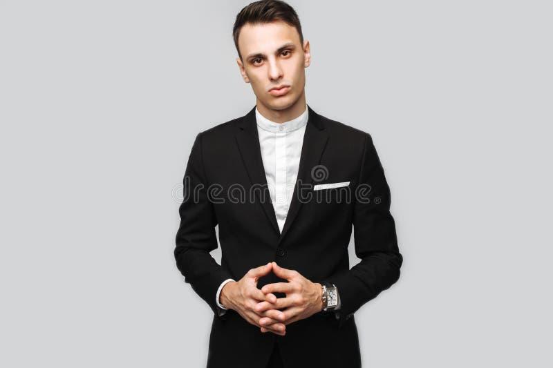 Retrato de un hombre de negocios joven hermoso, varón, en un bl clásico imagen de archivo