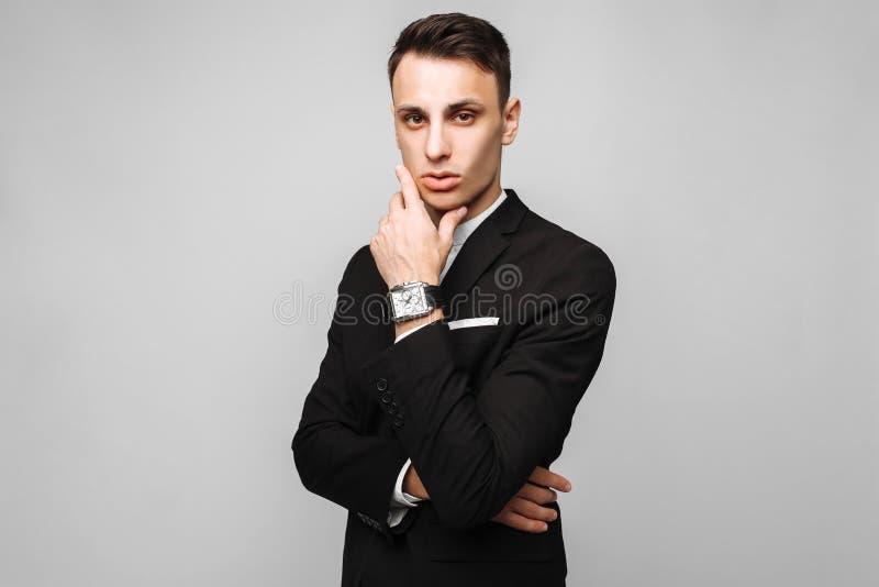 Retrato de un hombre de negocios joven hermoso, varón, en un bl clásico fotos de archivo