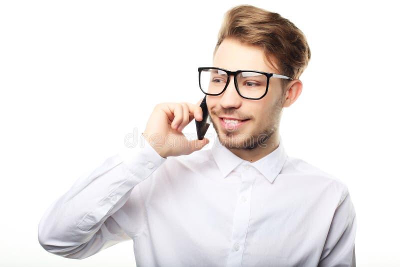 Retrato de un hombre de negocios joven que habla en el teléfono foto de archivo