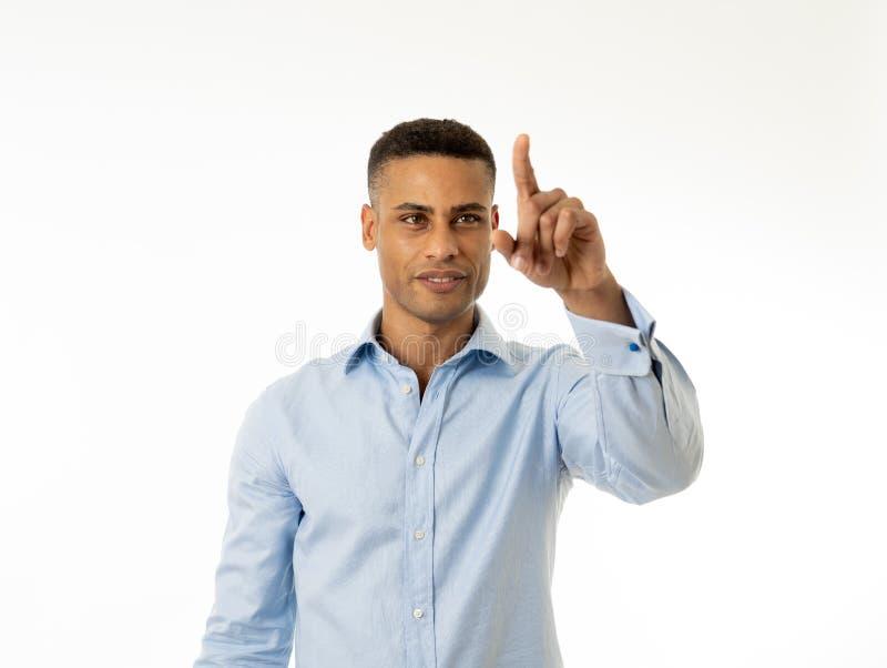 Retrato de un hombre de negocios joven y confiado que señala como tacto de la pantalla virtual imágenes de archivo libres de regalías
