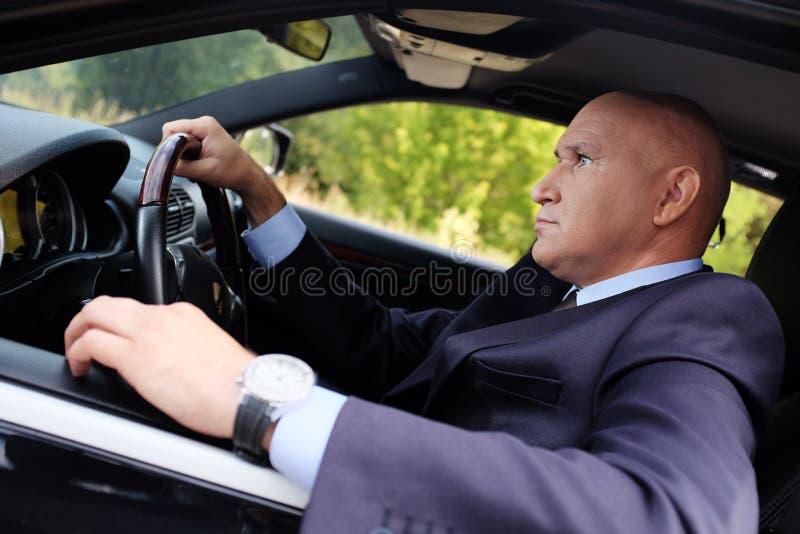 Retrato de un hombre que conduce un coche fotografía de archivo libre de regalías