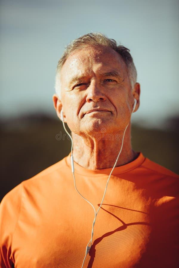 Retrato de un hombre que escucha la música imagenes de archivo