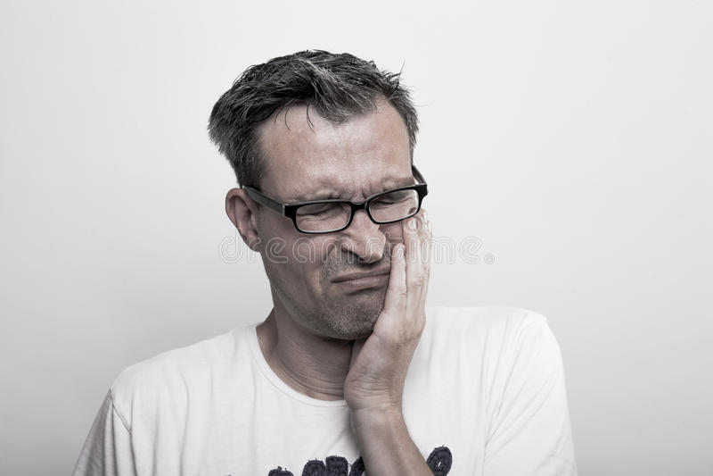 Retrato de un hombre que ha mordido en su lengua foto de archivo libre de regalías