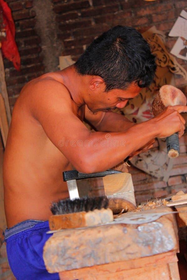 Retrato de un hombre que hizo las tallas de madera fotos de archivo libres de regalías