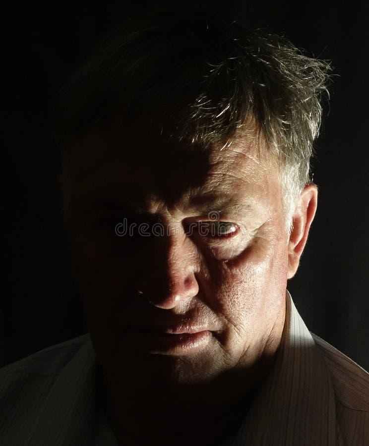 Retrato de un hombre serio. imagenes de archivo