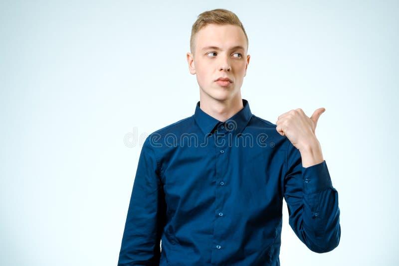 Retrato de un hombre serio que señala el finger lejos fotos de archivo