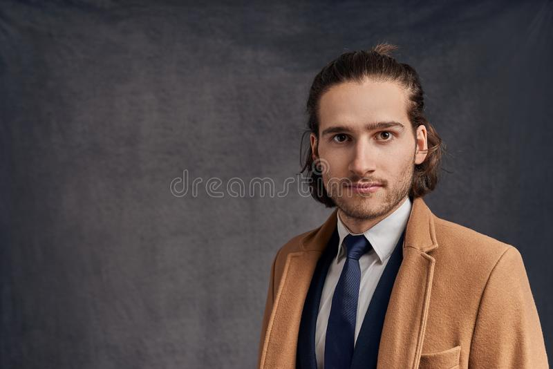 Retrato de un hombre sin afeitar de pelo largo hermoso joven elegante fotos de archivo libres de regalías
