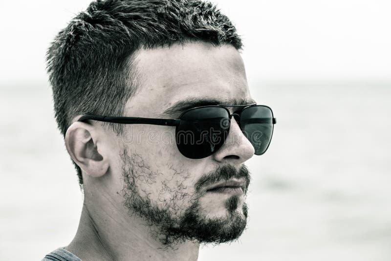 Retrato de un hombre, un primer de las gafas de sol del hombre que lleva fotos de archivo