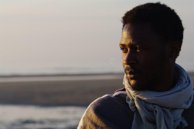 Retrato de un individuo africano en una playa fotografía de archivo