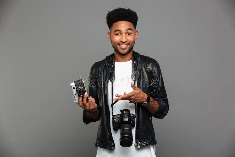 Retrato de un individuo afroamericano alegre en la chaqueta de cuero imagenes de archivo