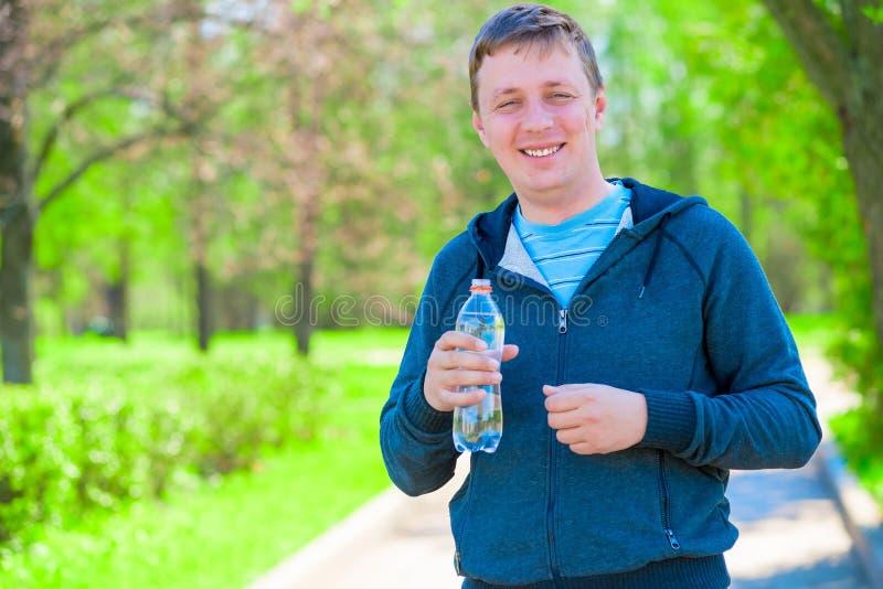 Retrato de un instructor feliz con una botella de agua imagen de archivo libre de regalías