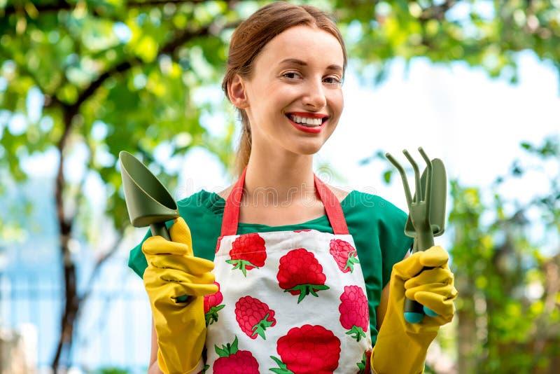 Retrato de un jardinero de la mujer joven imagen de archivo