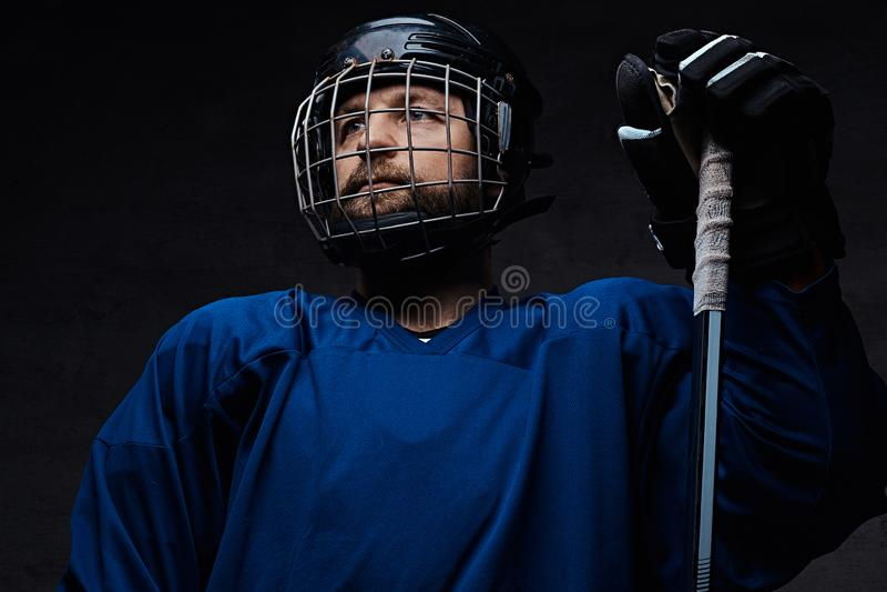 Retrato de un jugador profesional del hielo-hockey en un uniforme del hockey Tiro del estudio fotografía de archivo