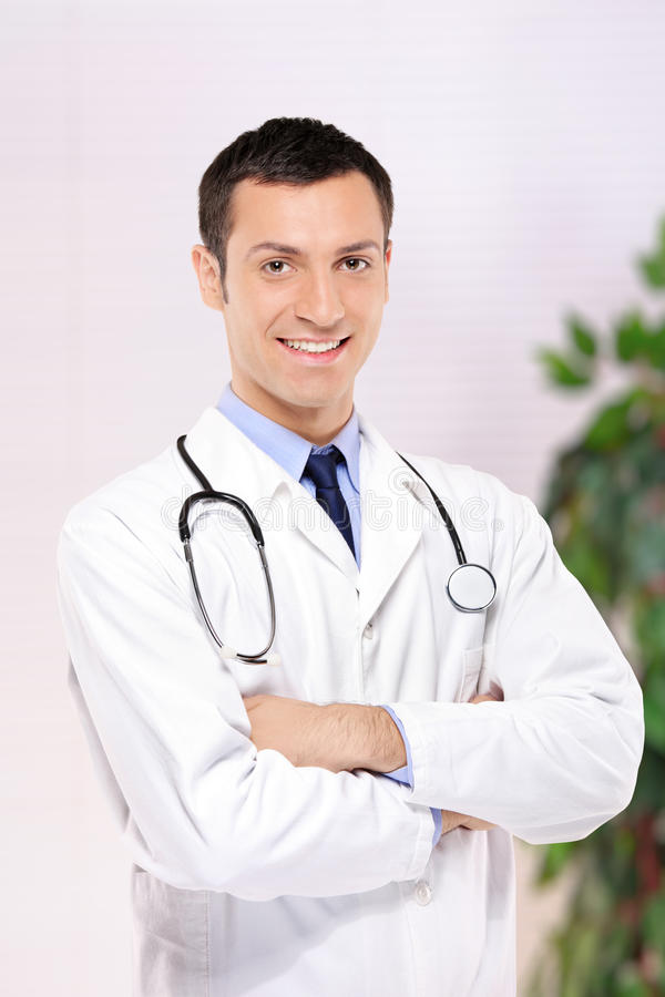 Retrato de un médico que presenta en la oficina fotos de archivo