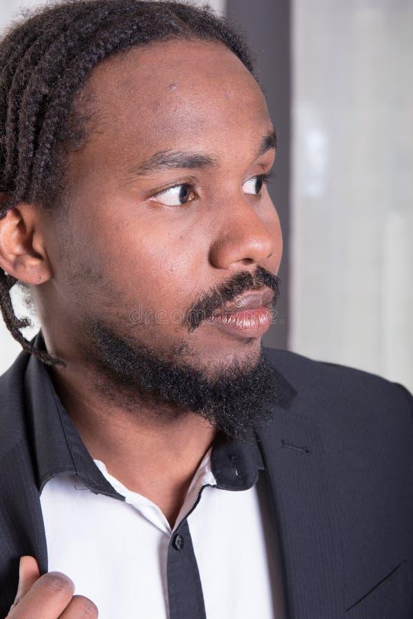 Retrato de un músico africano fotos de archivo