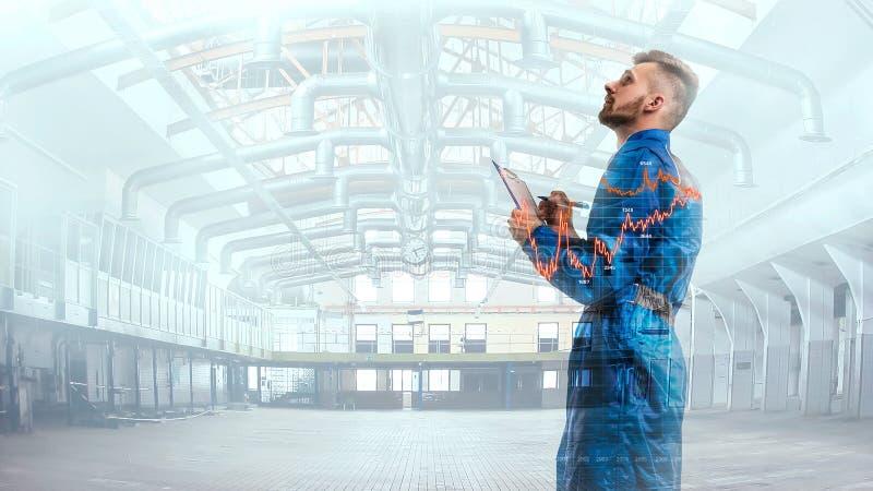 Retrato de un maneger en uniforme con horario en fondo de la fábrica imagenes de archivo