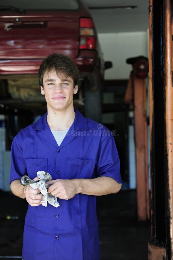 Retrato de un mecánico de coche en el trabajo imagen de archivo libre de regalías