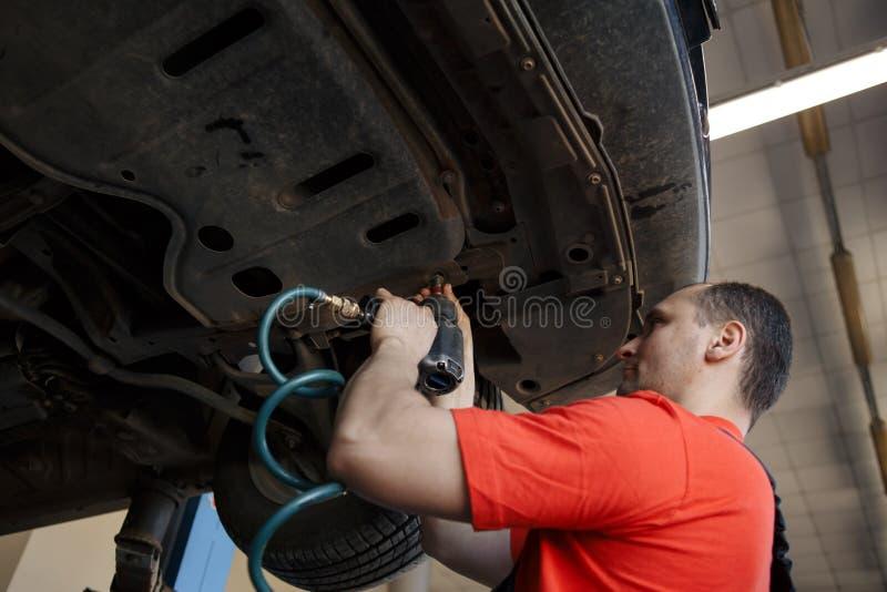 Retrato de un mecánico en el trabajo en su garaje fotos de archivo