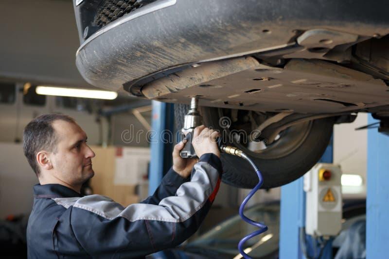 Retrato de un mecánico en el trabajo en su garaje fotografía de archivo