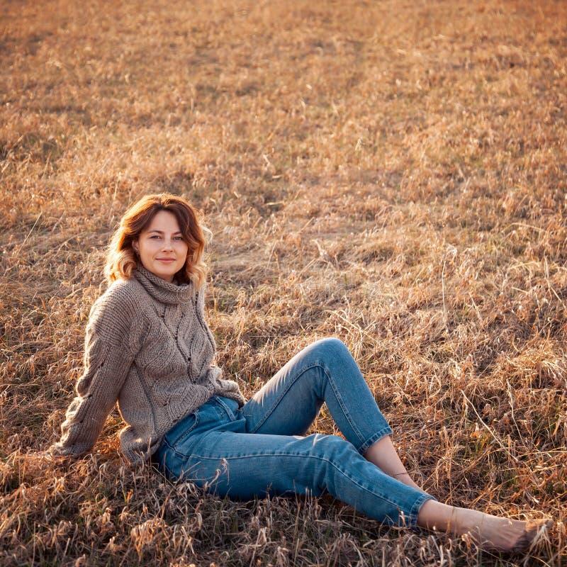 Retrato de un modelo joven hermoso imagenes de archivo