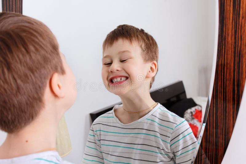 Retrato de un muchacho El muchacho muestra la lengüeta imagen de archivo