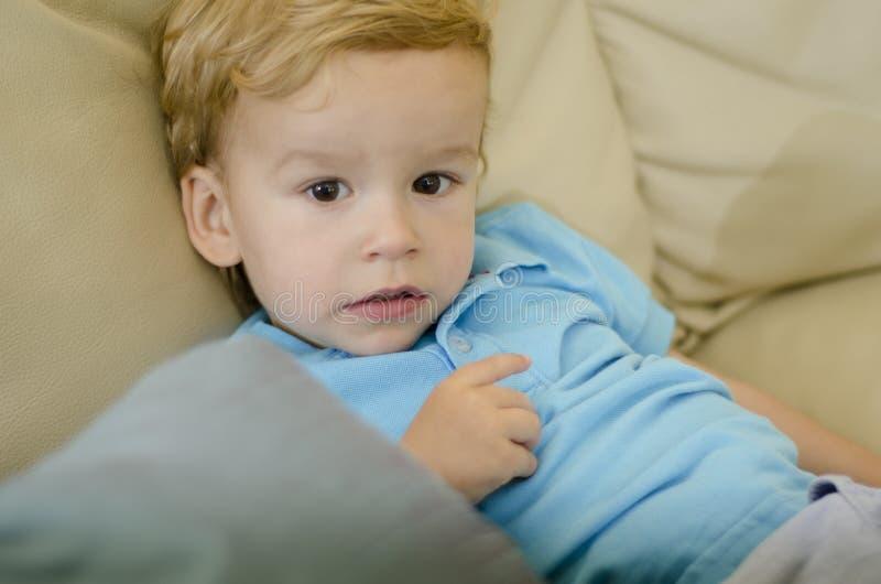 Retrato de un muchacho joven lindo imagen de archivo