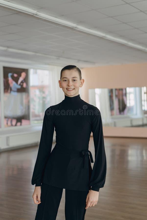 Retrato de un muchacho joven que se contrata al baile fotos de archivo