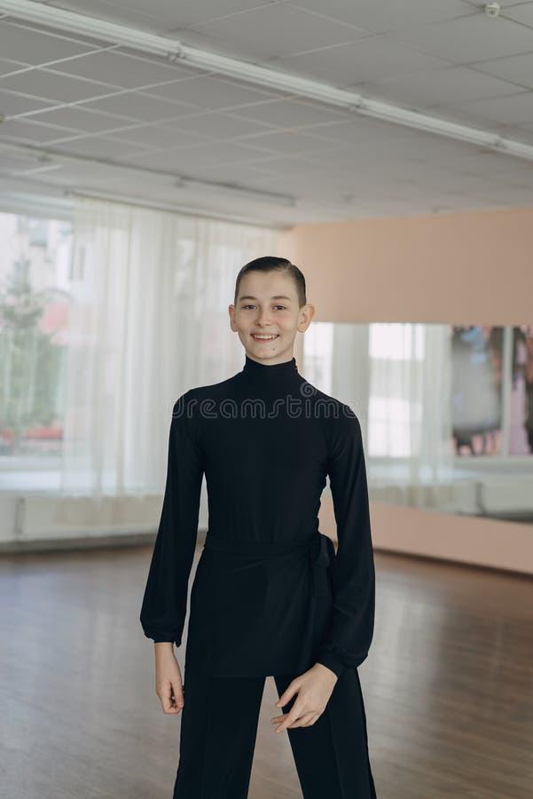 Retrato de un muchacho joven que se contrata al baile imagen de archivo libre de regalías
