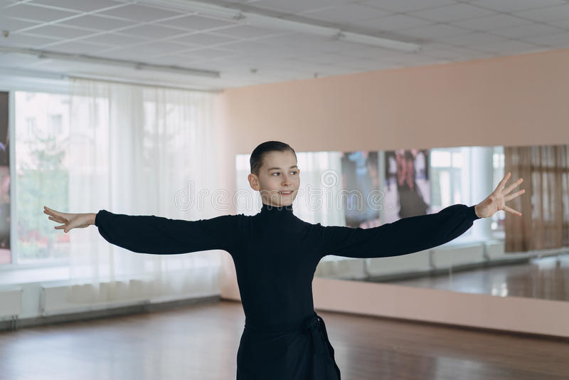 Retrato de un muchacho joven que se contrata al baile fotografía de archivo