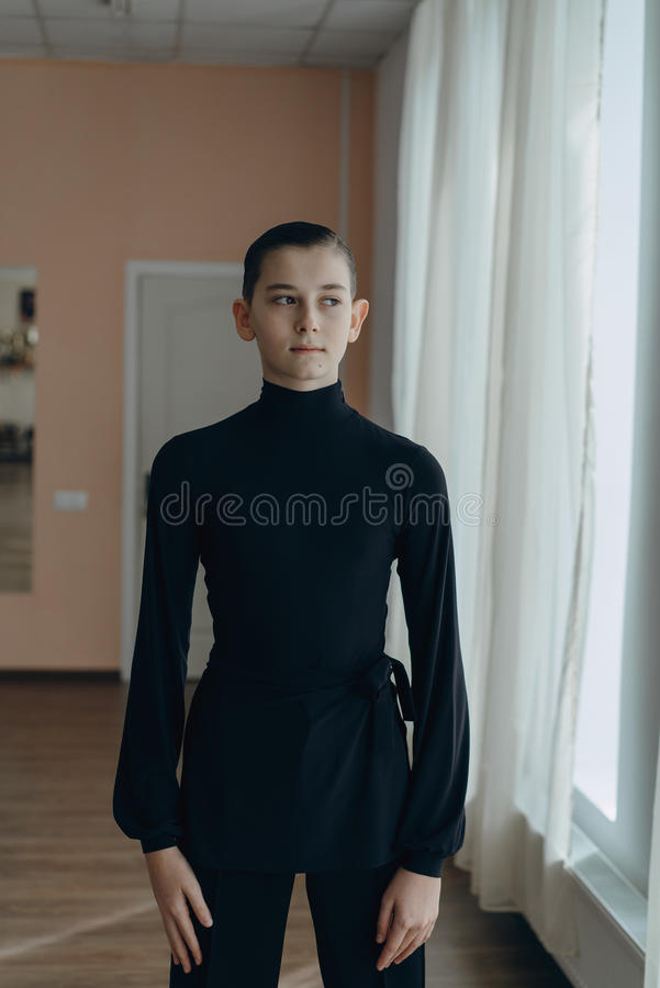 Retrato de un muchacho joven que se contrata al baile imágenes de archivo libres de regalías