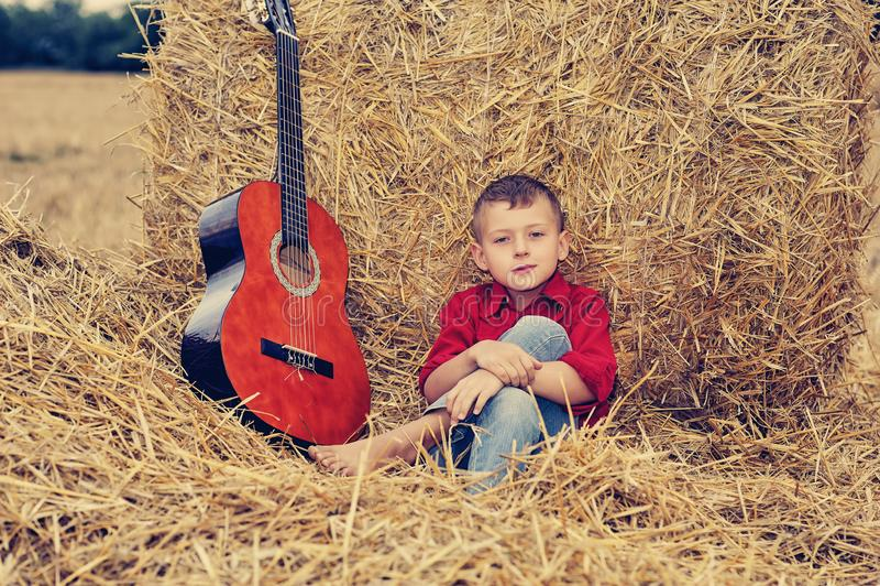 Retrato de un muchacho romántico en el campo foto de archivo