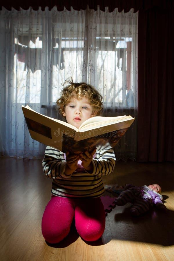 Retrato de un niño con la lectura de un libro imágenes de archivo libres de regalías