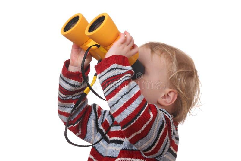 Niño con los prismáticos fotografía de archivo
