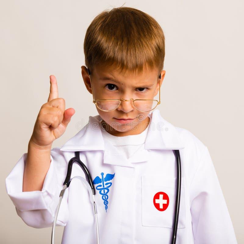 Retrato de un niño con vidrios y un doctor del traje fotos de archivo libres de regalías