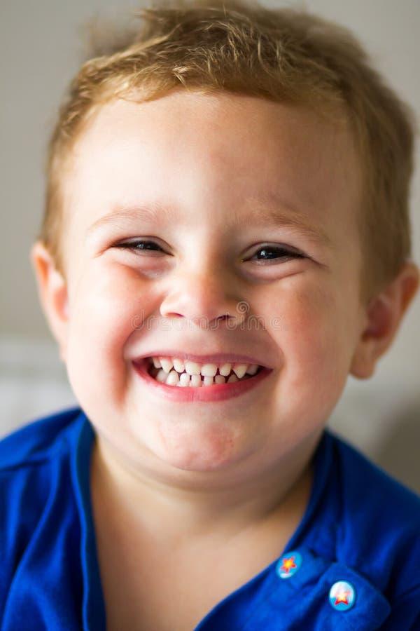 Retrato de un niño feliz imagen de archivo