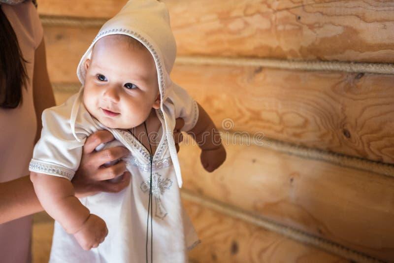 Retrato de un niño feliz durante bautismo imagenes de archivo