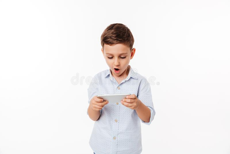 Retrato de un niño lindo divertido que juega a juegos imagenes de archivo