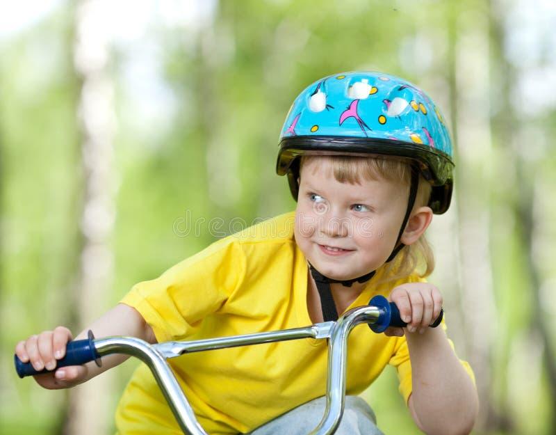 Retrato de un niño lindo en la bicicleta foto de archivo libre de regalías